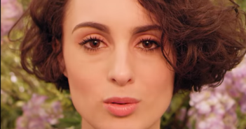 Barbara Pravi chante A vide