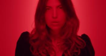 Clou dans le clip de Rouge